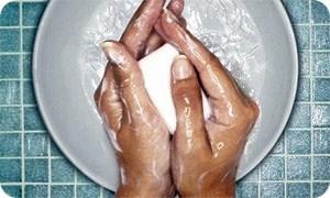 วิธีทำให้หน้าใส ขั้นตอนที่ 2 ล้างมือให้สะอาด ทุกครั้ง ก่อน ทำการล้างหน้า ไม่ว่าจะล้างหน้า แบบขั้นตอนที่แนะนำ หรือล้างหน้า ในแบบ ปกติ ของ คุณ เอง เพราะการ เอามือ สกปรก ไปจับหน้าคุณระหว่าง ล้างหน้า นั้น ทำให้ แบคทีเรียเข้าไป ฝัง ตัวอยู่ในรุขุมขน อยู่ดี