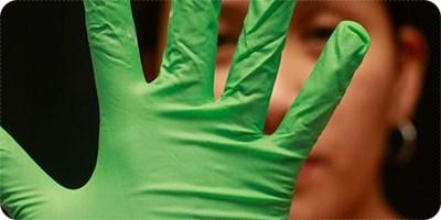 3. ฆ่าเชื้อโรคที่มือหรือสวมถุงมืออนามัย กดสิว
